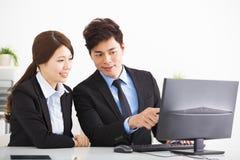 Бизнесмены встречая и смотря компьютер стоковая фотография