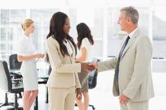 Бизнесмены встречая и тряся руки Стоковое фото RF