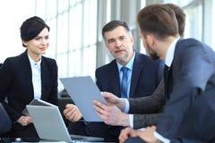 Бизнесмены встречая концепцию обсуждения конференции корпоративную Стоковое фото RF
