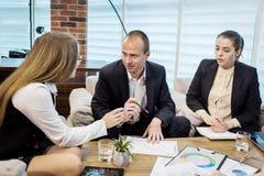 Бизнесмены встречая концепцию обсуждения конференции корпоративную, Стоковые Изображения