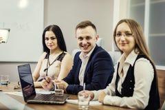 Бизнесмены встречая концепцию обсуждения конференции корпоративную, Стоковое Изображение RF