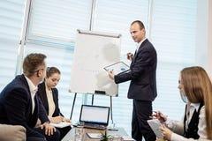 Бизнесмены встречая концепцию обсуждения конференции корпоративную, Стоковое Изображение