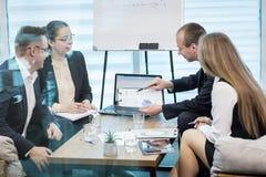 Бизнесмены встречая концепцию обсуждения конференции корпоративную, Стоковое Фото