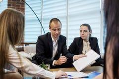 Бизнесмены встречая концепцию обсуждения конференции корпоративную, Стоковая Фотография RF