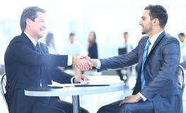 Бизнесмены встречая концепцию рукопожатия обсуждения корпоративную Стоковые Изображения RF