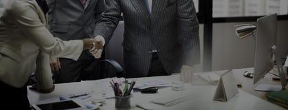 Бизнесмены встречая корпоративную концепцию приветствию рукопожатия Стоковые Фотографии RF