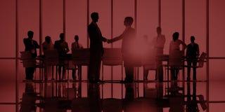 Бизнесмены встречая корпоративную концепцию приветствию рукопожатия стоковые фото