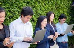 Бизнесмены встречая корпоративную концепцию соединения прибора цифров на стене дерева стоковые изображения
