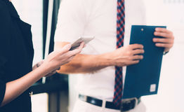 Бизнесмены встречая крупный план руки женщины держа smartphone Стоковая Фотография