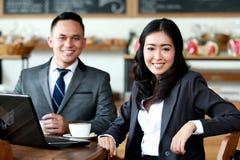 Бизнесмены встречая на кофейне Стоковая Фотография