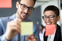 Бизнесмены встречая на офисе и пользе вывешивают ее замечают для того чтобы делить идею Стоковая Фотография