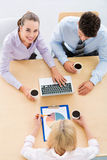 Бизнесмены встречая на таблице Стоковые Фото