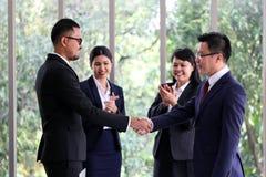 Бизнесмены встречая офис обсуждения связи работая стоковое изображение