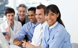 Бизнесмены встречая перед компьютером Стоковые Фотографии RF