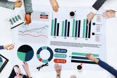 Бизнесмены встречая статистик Brainstormi анализа планирования Стоковые Изображения