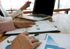 Бизнесмены встречая worki профессионального инвестора идей дизайна стоковое изображение