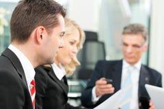 Бизнесмены - встреча команды в офисе Стоковое Изображение