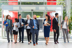 Бизнесмены встречи группового обсуждения, улыбки говоря в современном офисе, предпринимателях Стоковое Фото