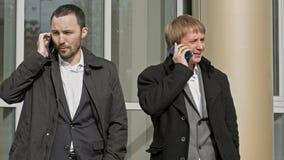 Бизнесмены вызывая мобильным телефоном Счастливый и акции видеоматериалы