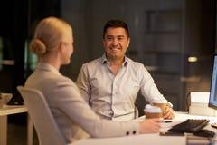 Бизнесмены выпивая кофе на офисе ночи Стоковая Фотография