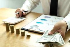 Бизнесмены высчитывают эффективность бизнеса earnigs, концепцию дела стоковое изображение rf