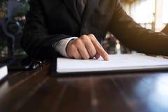Бизнесмены высчитывают эффективность бизнеса earnigs, концепцию дела стоковое изображение