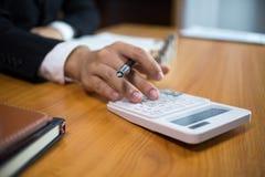 Бизнесмены высчитывают эффективность бизнеса earnigs, концепцию дела стоковое фото