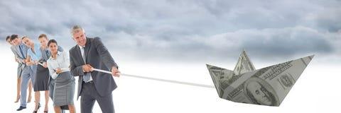 Бизнесмены вытягивая шлюпку доллара бумажных денег Стоковое Изображение