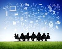 Бизнесмены в встрече и социальных концепциях средств массовой информации Стоковое фото RF