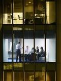 Бизнесмены в встрече на ноче Стоковое Изображение RF