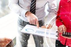 Бизнесмены в встрече обсуждая о финансовых результатах, overlaid с сетью, световой эффект Стоковая Фотография RF