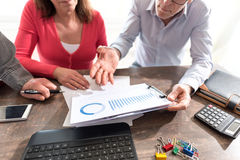 Бизнесмены в встрече обсуждая о финансовых результатах Стоковая Фотография