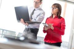 Бизнесмены в встрече работая на компьтер-книжке, влиянии пирофакела Стоковая Фотография