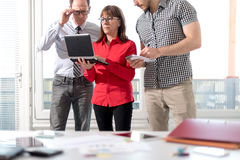 Бизнесмены в встрече работая на компьтер-книжке Стоковое Изображение