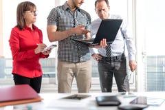 Бизнесмены в встрече работая на компьтер-книжке Стоковое Фото