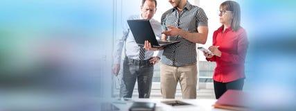 Бизнесмены в встрече работая на компьтер-книжке Стоковые Изображения