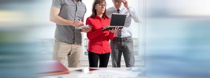 Бизнесмены в встрече работая на компьтер-книжке Стоковое фото RF