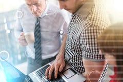 Бизнесмены в встрече работая на компьтер-книжке, overlaid с сетью, световой эффект Стоковые Фотографии RF