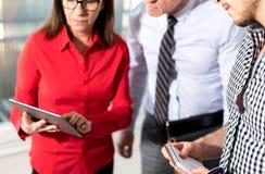 Бизнесмены в встрече работая на таблетке Стоковое Фото