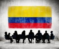 Бизнесмены в встрече с колумбийским флагом Стоковое Изображение