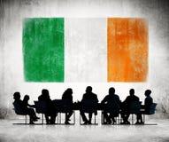 Бизнесмены в встрече с флагом Ирландского Стоковое Изображение RF