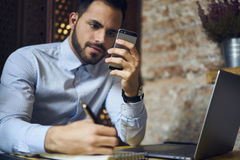 Бизнесмены в голубой рубашке используя современные технологии и беспроводную связь Стоковая Фотография