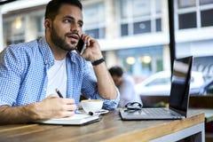 Бизнесмены в голубой рубашке используя технологию и wifi Стоковое Изображение RF