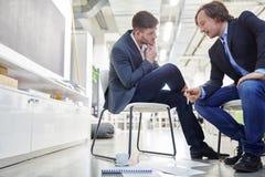 2 бизнесмены в диалоге Стоковые Фото