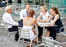 Бизнесмены в команде работая в кофейне Стоковые Фотографии RF