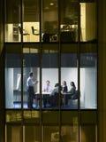 Бизнесмены в конференц-зале на ноче Стоковое Изображение RF