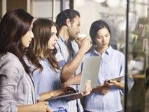 Бизнесмены в многонациональной корпорации работая совместно Стоковые Фото