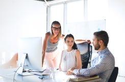 3 бизнесмены в офисе говоря совместно Стоковая Фотография RF