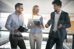 Бизнесмены в офисе имея переговор и использование цифровые Стоковые Фото
