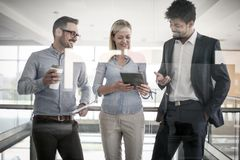 Бизнесмены в офисе имея переговор и использование цифровые Стоковое фото RF